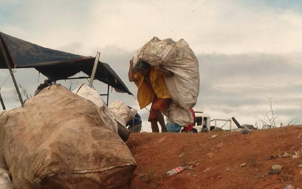 Catador de recicláveis no lixão da Vila Princesa.