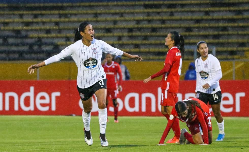 Victoria Albuquerque comemora gol pelo Corinthians contra o América de Cali.