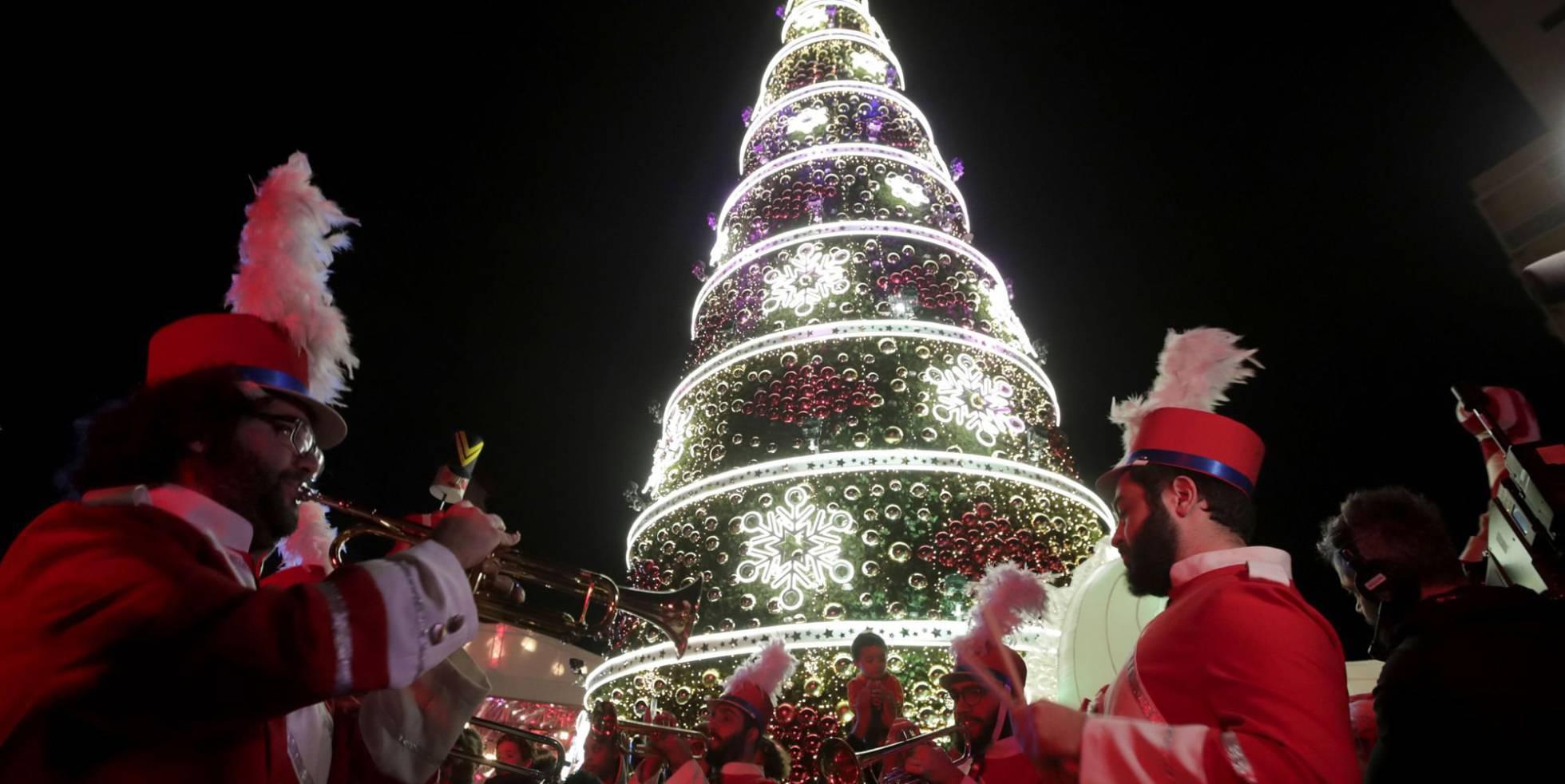 Uma banda interpreta durante a ignição do natal em Beirute.