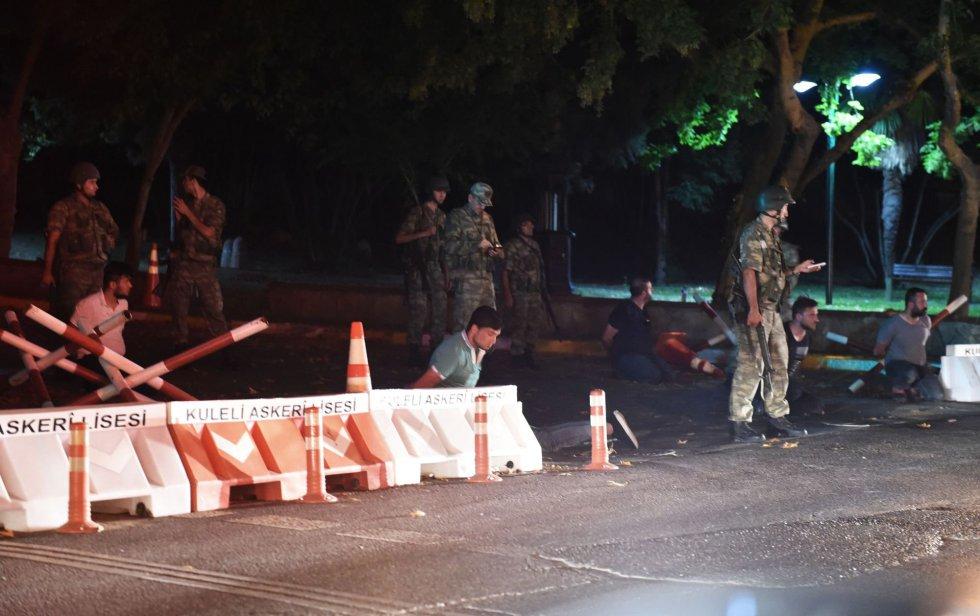 Militares turcos detêm policiais em uma estrada de Istambul, perto de uma das pontes do Bósforo.