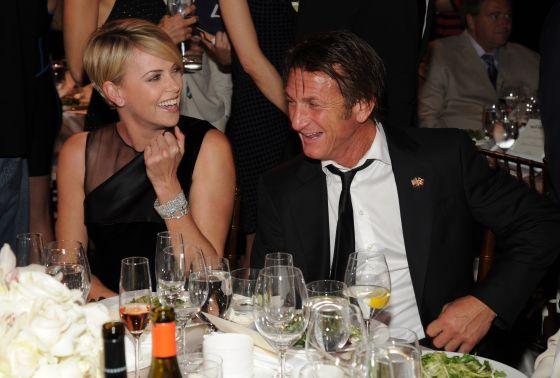 Charlize Theron e Sean Penn na gala beneficente do ator pelo Haiti, sábado.