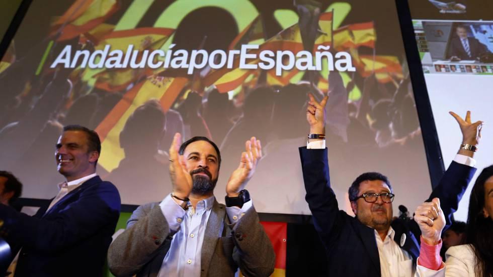 Santiago Abascal, líder do Vox, e o candidato Francisco Serrano comemoram os resultados.