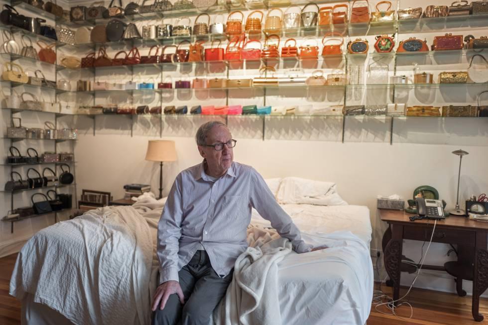 Robert Gottlieb, em seu quarto, onde guarda uma coleção de bolsas.