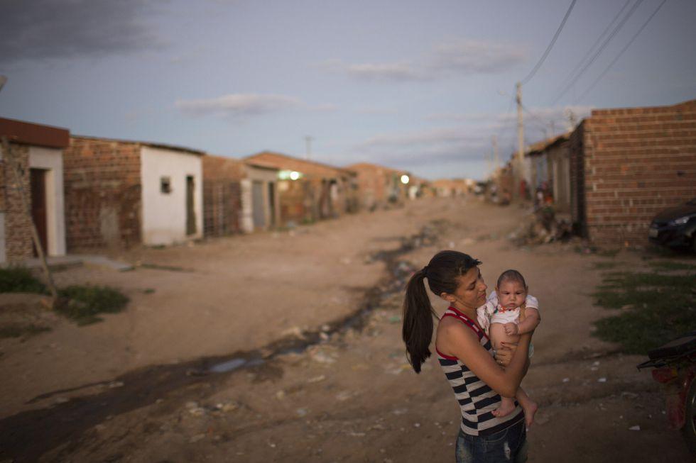 Angelica Pereira e a a filha Luiza, que tem microcefalia, em Santa Cruz do Capibaribe (Pernambuco).