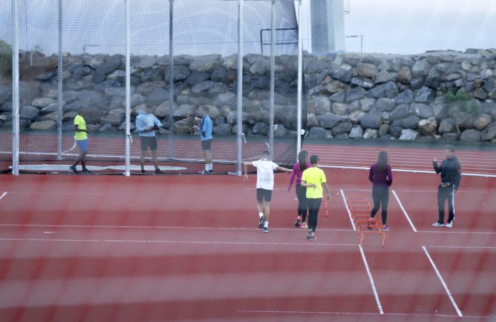 Esportistas treinam no Centro Insular de Atletismo de Tenerife.