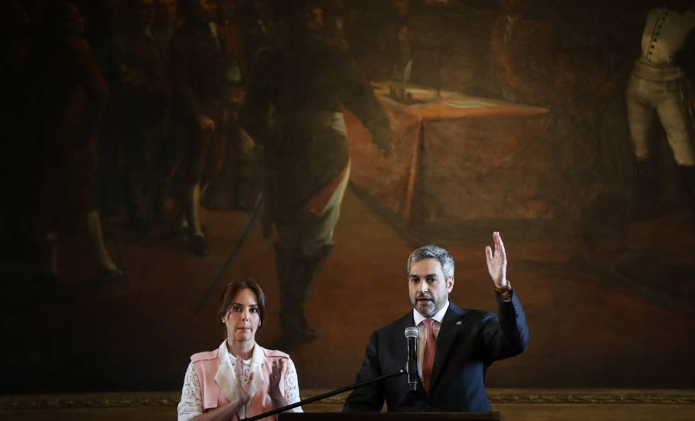 O presidente paraguaio Mario Abdo Benitez fala à nação ao lado de sua mulher, Silvana Lopez Moreira, no Palácio de Lopez.