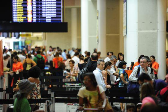 Aeroporto no Rio, durante o Carnaval. Dólar é fator na hora de viajar ao exterior.