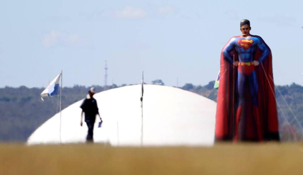 Boneco inflável de Sergio Moro na frente do Congresso Nacional.