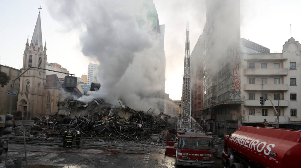 Bombeiros trabalham nos escombros do prédio que desabou no centro de São Paulo nesta terça-feira, 1º de maio