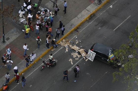 Manifestantes anti-governo bloqueiam uma praça de Caracas.