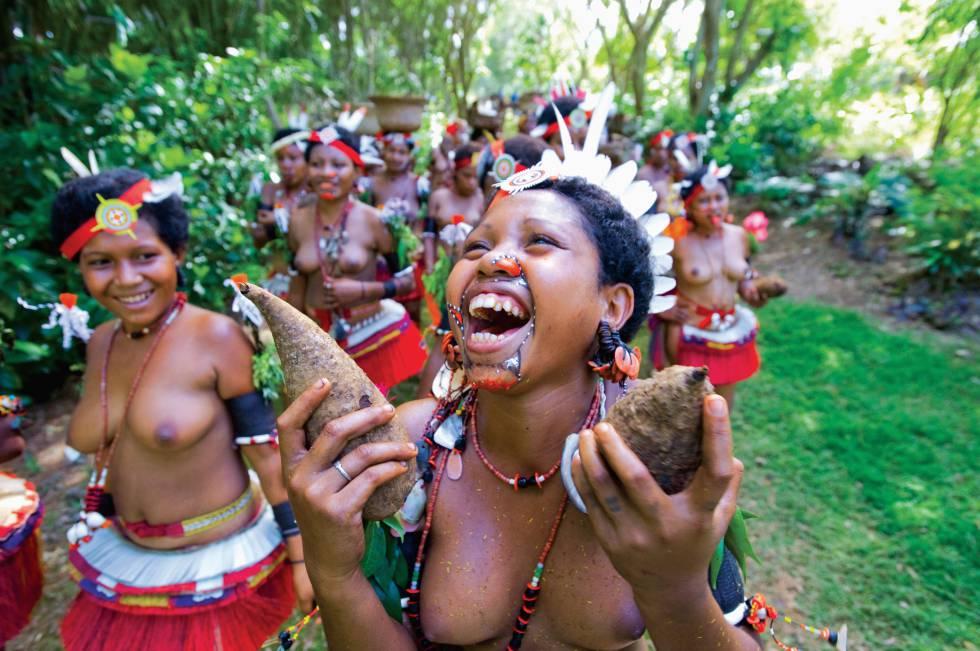 Mulheres das ilhas Trobriand com trajes tradicionais.