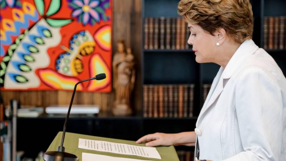 Dilma Rousseff lê a carta.