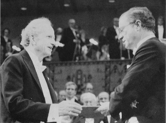 Gary Becker, esquerda, recebe o Nobel de mãos do príncipe de Suecia, Carl Gustaf, em 1992.