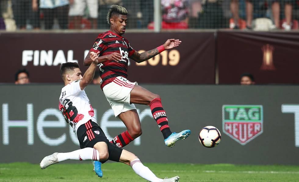 Bruno Henrique disputa bola com Martinez Quarta.