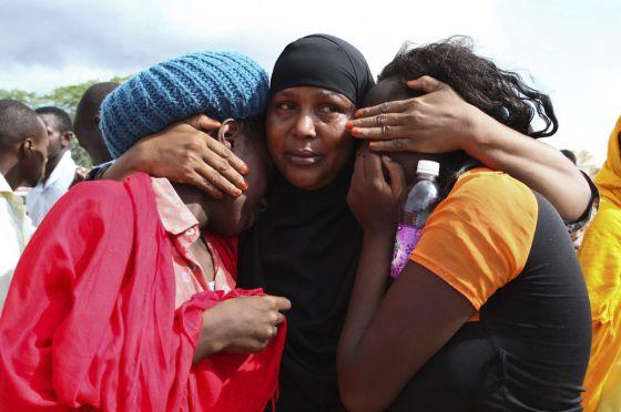 Estudantes resgatadas no quartel de Garissa (Quênia), um dia depois do atentado islâmico contra a universidade local.