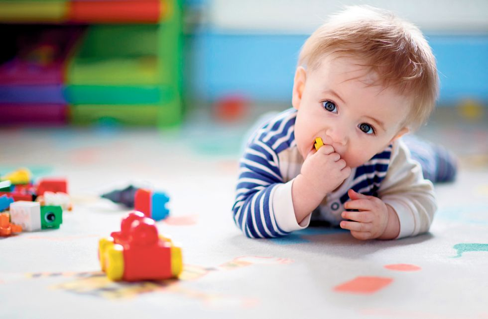 A criança explora o que lhe interessa em cada momento.
