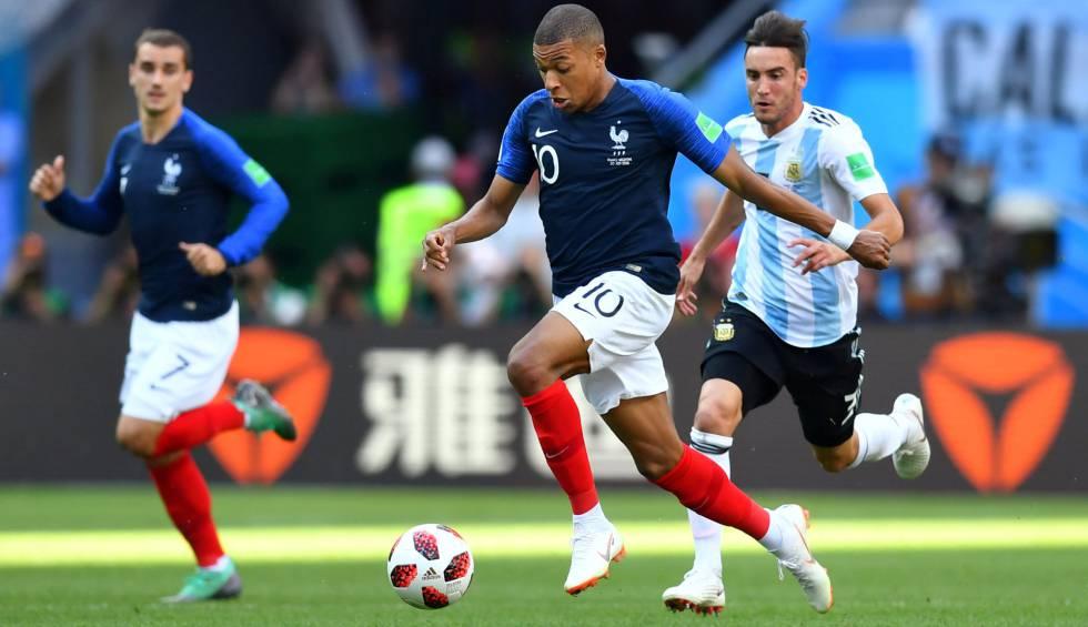 Mbappé sofreu pênalti em jogo contra a Argentina.