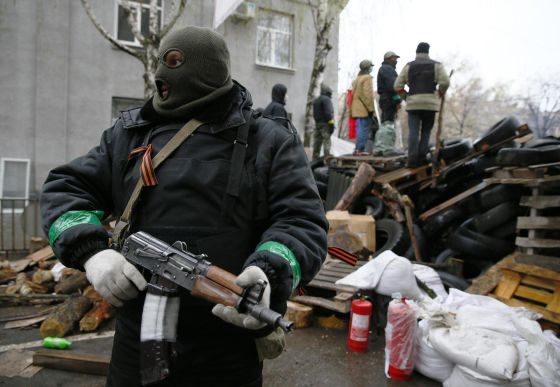 Um rebelde pró-Rússia vigia uma delegacia em Slaviansk.