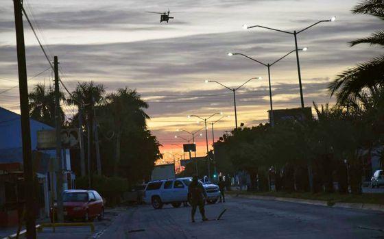 Membros da Marinha realizam buscas nos esgotos da localidade de Los Mochis em Sinaloa, onde Chapo Guzmán foi recapturado.