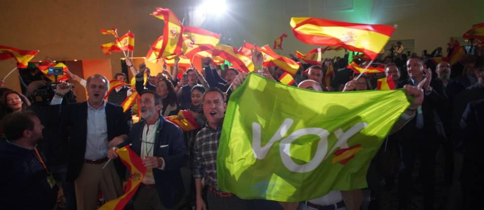 Seguidores do Vox comemoram os resultados.