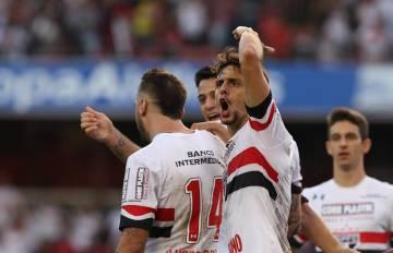 O jogador Rodrigo Caio (falando, ao centro), em uma partida pelo São Paulo.