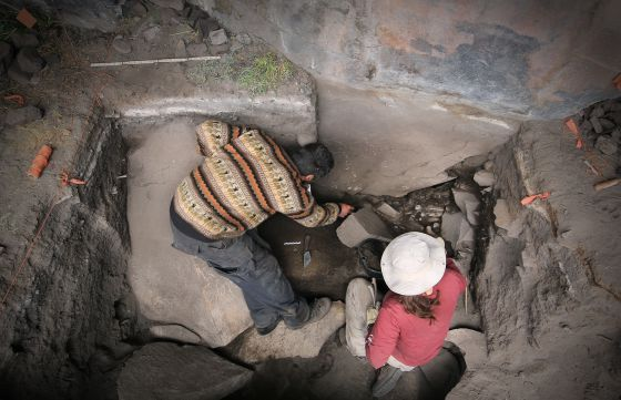 Rademaker e Zarrillo no refúgio de pedra da Cuncaicha.
