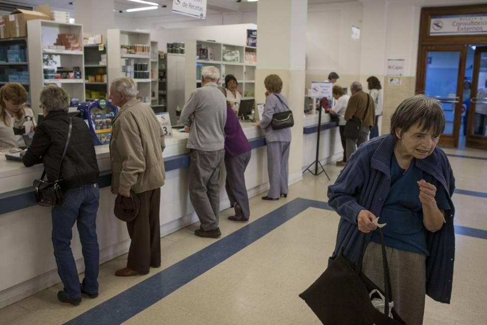 Uma idosa espera sua vez para ser atendida na farmácia.