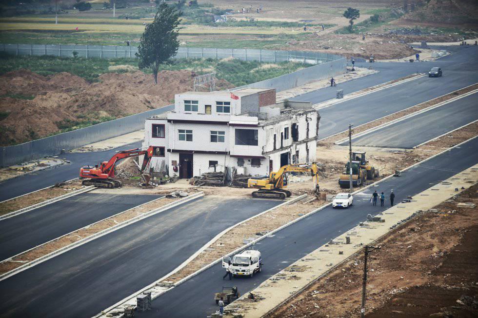 """<a href=""""https://brasil.elpais.com/brasil/2017/09/18/album/1505749211_496302.html""""><B>FOTOGALERÍA: As 'casas prego' ou como resistir a uma demolição durante 14 anos.</B></A>"""