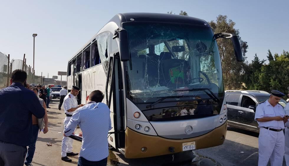 Ônibus turístico alcançado neste domingo por uma explosão cerca das pirâmides de Giza.