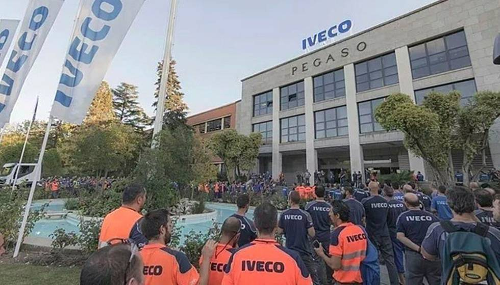 Trabalhadores da Iveco nesta quarta-feira em uma concentração depois do suicídio da colega.