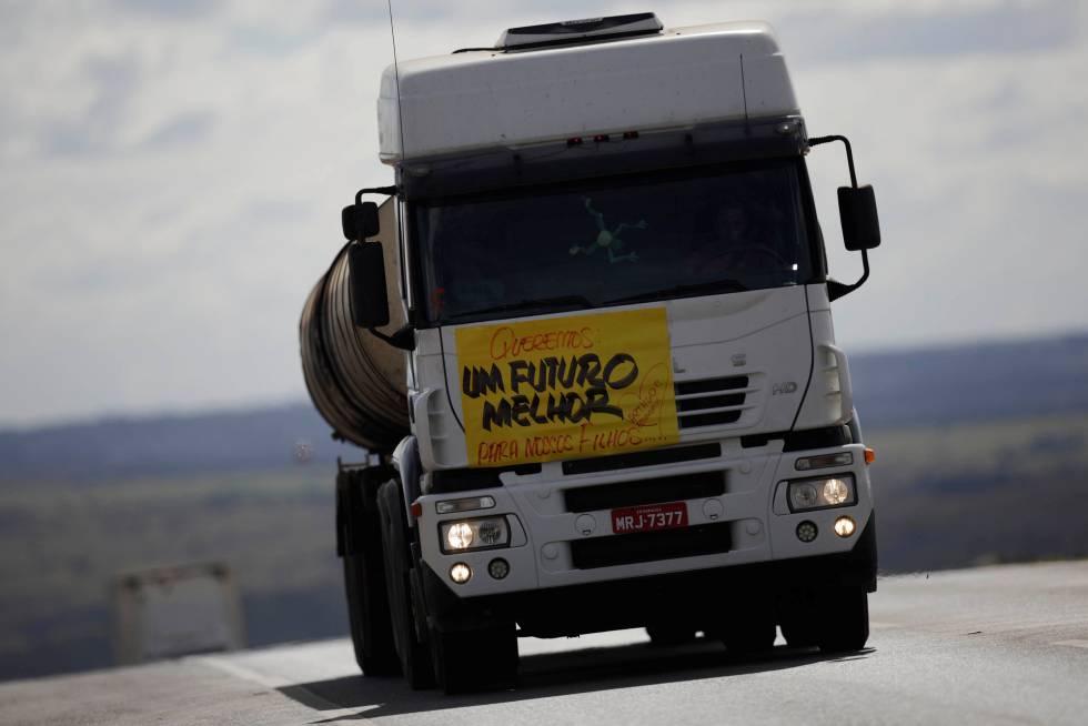 Caminhão volta a circular na BR-040 highway, em Luziania, após dez dias de paralisação.