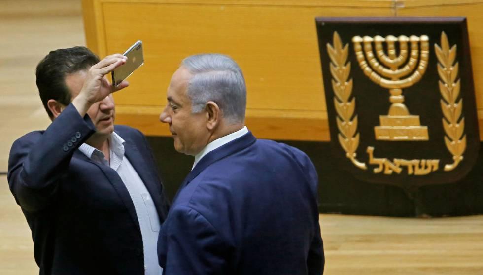 O deputado árabe Ayman Odeh grava o premiê Netanyahu com celular, na quarta-feira, no Parlamento israelense.