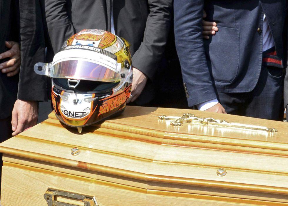 Pilotos, mecânicos e dirigentes do mundo da Fórmula 1 se despedem de Jules Bianchi durante enterro em Nice, na França.