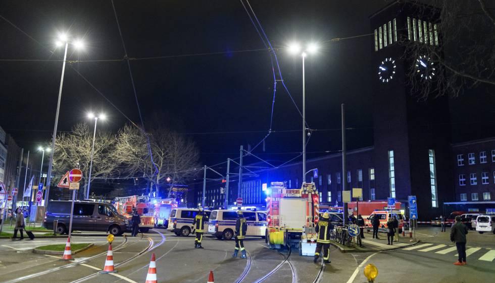 A polícia isola a estação central de Dusseldorf depois do ataque.
