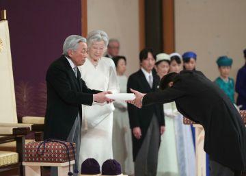 Em seu último discurso antes de transferir o cargo ao filho Naruhito, ele desejou  paz e felicidade ao povo japonês e ao mundo inteiro . Centenas de pessoas acompanharam a cerimônia no lado de fora do palácio