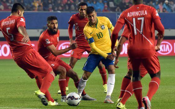 Neymar cercado por jogadores do Peru.