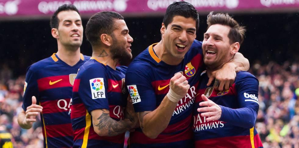 Jogadores comemoram gol do Barça.