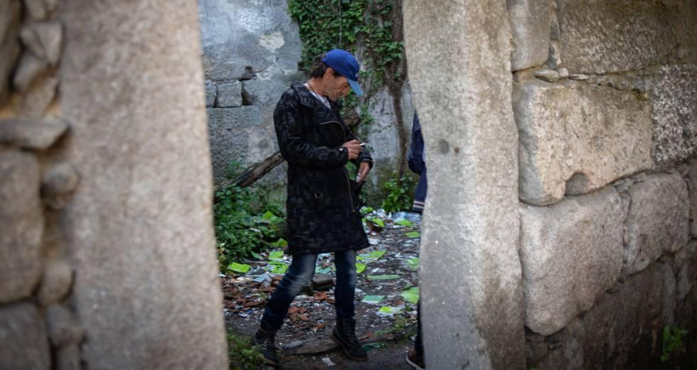 Mario, de 53 anos, consome crack na Casa Velha, nos arredores do Porto.