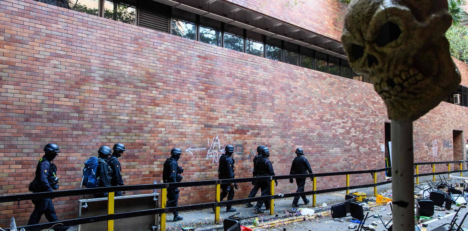 El personal de la Oficina de Eliminación de Artefactos Explosivos de la Policía de Hong Kong (EOD) busca explosivos y productos químicos en la Universidad Politécnica de Hong Kong, el 28 de noviembre.