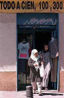 Tienda de ropa en el barrio madrileño de Lavapiés.