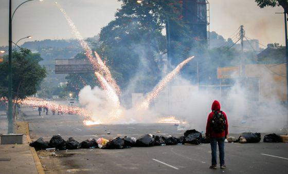 Estudantes e tropa de choque se enfrentam em Caracas.