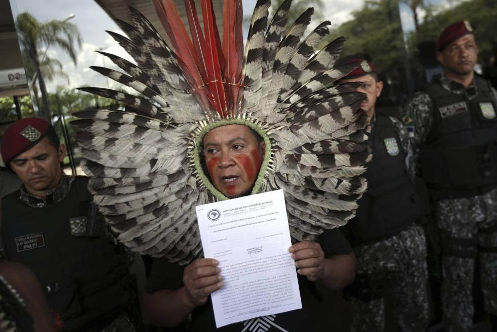 Lideranças indígenas protestam em frente ao escritório de transição do presidente Bolsonaro por manutenção da Funai no Ministério da Justiça.