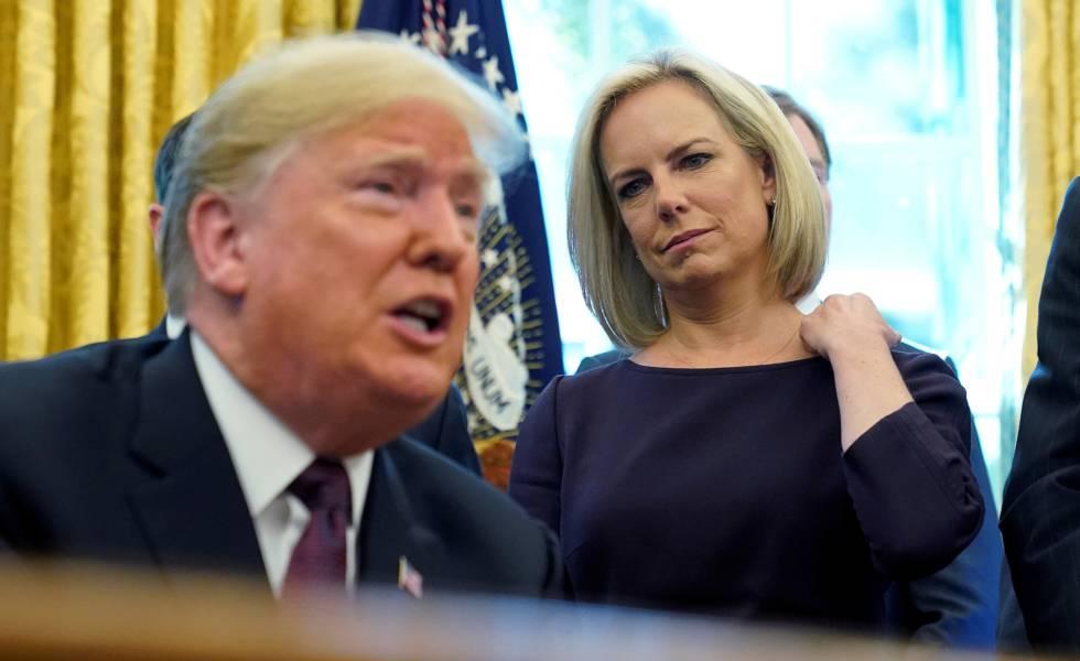 Kirstjen Nielsen como secretária de Segurança Doméstica ao lado do presidente Donald Trump