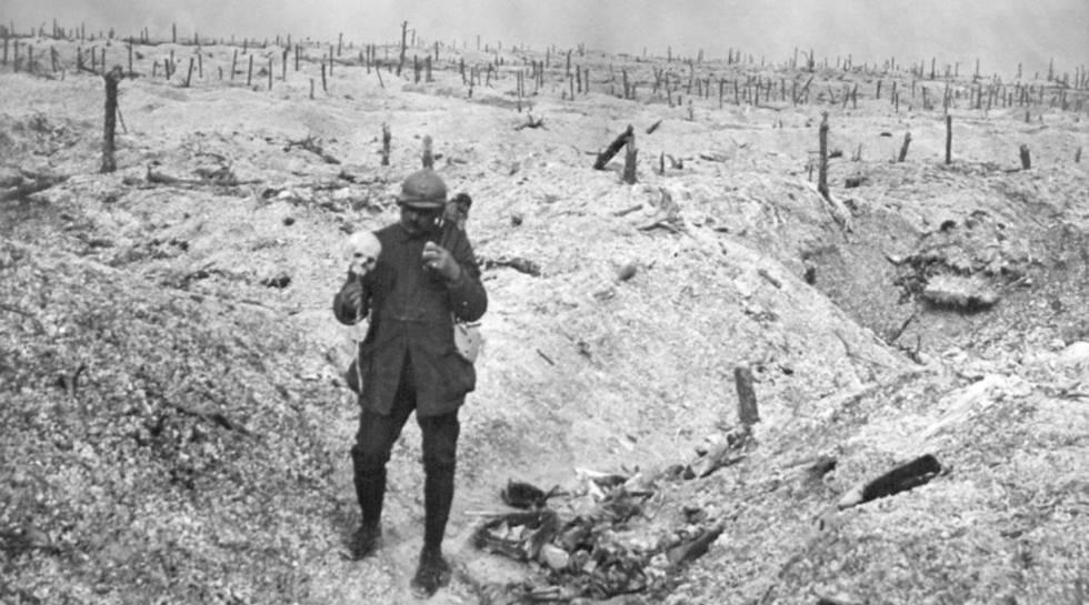 Um soldado francês sustentando um crânio humano.