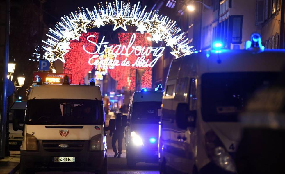 Veículos da polícia próximo ao mercado de Natal de Estrasburgo.