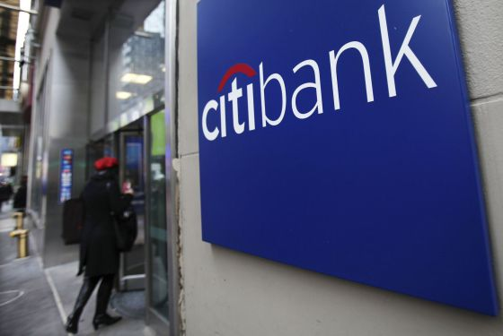 Uma mulher entra em uma agência do Citi em Nova York.