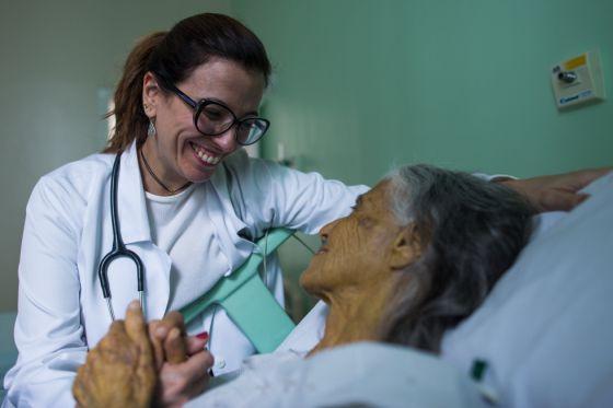 Ana Claudia Quintana com a paciente Terezinha.