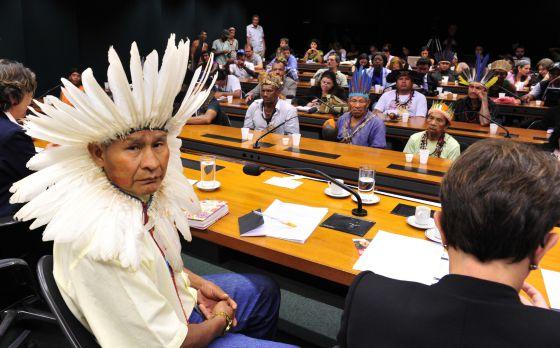 Indígenas de diversas etnias em audiência pública na Câmara em maio.