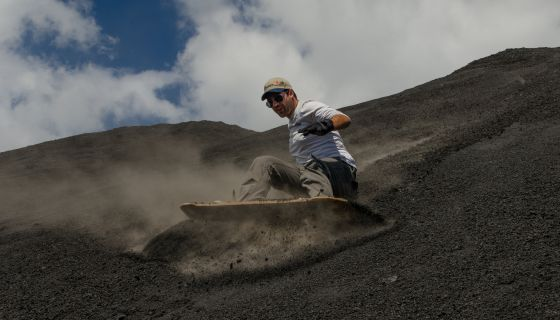 Homem faz 'sandboarding' no Cerro Negro, na Nicarágua.
