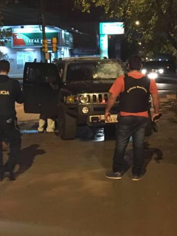 Policiais vistoriam carro onde Rafaat morreu, em Pedro Juan Caballero.